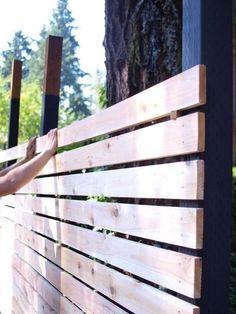 Build a beautiful and functional mid-century modern fence Hinterhofzaun Mitte des Jahrhunderts How to build a DIY backyard fence, part II Diy Backyard Fence, Diy Fence, Backyard Projects, Backyard Landscaping, Backyard Ideas, Modern Backyard, Pergola Ideas, Garden Ideas, Fence Art