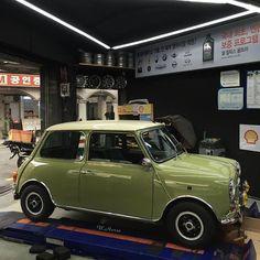 Owner: @w.h_78wg  #car #cars #carporn #carlifestyle #carstagram #vintagecars #oldcar #cargasm #instacar #mini #minicooper #minicoopers #britishcars #minisofinstagram #minilife #justminicooper #blacklist #caroftheday #miniclassic #minigirls #miniuk #minioftheday #classicmini #classicminis #jpmini #minimania #donuts #rovermini #oldmini #austinmini Austin Mini, Green Cars, Mini Copper, Classic Mini, Mk1, Coasters, Classic T Shirts, Club, Car