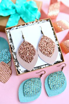 Cricut Gift Ideas That Take 1 Hour Or Less To Make! Looking for an easy last minute handmade gift idea to make with your Cricut? Includes gift ideas for moms, dads, kids, tweens and teens! Glitter Projects, Diy Jewelry Projects, Glitter Crafts, Craft Jewelry, Kids Earrings, How To Make Earrings, Diy Earrings Easy, Diy Leather Earrings, Leather Jewelry