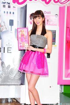 拡大画像 015l | 新川優愛、バービー風衣装で美脚披露「大胆にピンクにしてみました!」 | マイナビニュース Korean Beauty Girls, Skater Skirt, Womens Fashion, Image, Beautiful, Women's Fashion, Skater Skirts, Woman Fashion, Tuto Jupe