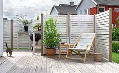 Bildresultat för staket altan insynsskydd hörn Outdoor Life, Outdoor Spaces, Outdoor Gardens, Outdoor Chairs, Outdoor Living, Outdoor Decor, Garden Furniture, Outdoor Furniture Sets, Privacy Screen Outdoor