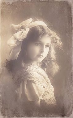 A beautiful child in this vintage photo. Éphémères Vintage, Images Vintage, Photo Vintage, Vintage Ephemera, Vintage Girls, Vintage Pictures, Vintage Beauty, Old Pictures, Vintage Postcards