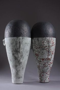 Daphne Corregan, casques noires 2011, Steinzeug / Stoneware, 65 x 35 x 66cm