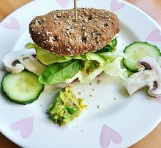 Today's lunch before uni was this insanely delicious chickpea-avo-burger with salad leaves cucumber and mushrooms I made myself some hummus (smashed chickpeas lemon juice lemon pepper salt chili flakes turmeric powder dried rosmary) and put a whole heap of each burger {had 2 of these} #veganiseasy#veganburger#veganfoodporn#veganfood#foodporn…