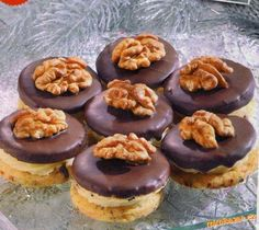 OŘECHOVÁ KOLEČKA Christmas Sweets, Christmas Baking, Czech Recipes, Cookie Desserts, Sweet And Salty, Holiday Cookies, Relleno, Sugar Cookies, Cake Recipes