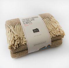 Mantecas - Penhas Douradas Factory by INELO , via Behance Catalog Design, Decoration, Beautiful Hands, Hand Weaving, Wool, Blanket, How To Make, Packaging, Playground