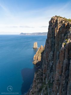 5 Must Do Hikes In Tasmania: Cape Raoul, Mt Amos, Cradle Mountain, South Cape Bay, and Cape Hauy. Come exploring beautiful Tasmania with me! Tasman National Park, National Parks, Bruny Island, South Island, Day Hike, Tasmania, Wilderness, Climbing, Coastal