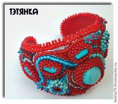 Браслет `Лето красное`. Браслет вышит японским и чешским бисером.  Главным украшением браслета является натуральный камень – голубой магнезит.  Обратная сторона браслета – натуральная красная кожа.  Размер регулируется.