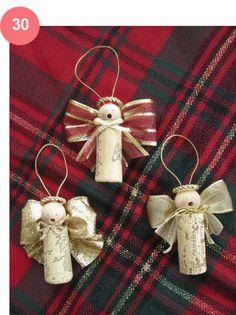 Decoração de Natal - 40 Ideias simples. Rolha de cortiça, bolinha furada para bijoux, barbante e fitas. Note que o furo da bolinha virou a boquinha do anjinho!!!