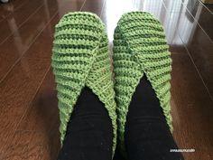 畝編みで編むルームシューズの編み図が完成しました^^実際に履いてみると、こんな感じになります↓T字型に編んだ編地をただとじるだけでできるルームシューズです。海外の編み物サイトで見つけて、それを参考にして編んでみました。ま