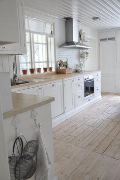 If ever I have an all white kitchen / Vita Verandan: december 2011 Cottage Kitchens, Home Kitchens, Kitchen Design, Kitchen Decor, Kitchen Ideas, Wooden Kitchen, Country Kitchen, Kitchen White, Swedish Kitchen