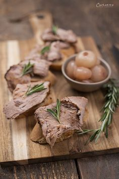 Roast pork neck with crispy tips and onions .- Roast pork neck with crispy tips and marinated onions, choker …, neck # marinated # Snacks Für Party, Pork Roast, Stuffed Mushrooms, Dinner Recipes, Vegetables, Tips, Steaks, Onions, Choker
