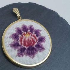 42mm çapında. Sepetinize eklerken farklı renk desen ve çerçeve isteklerinizi belirtebilirsiniz. ------------------------- #lotus # #namaste ➖➖➖➖ ➖➖➖➖➖ Niluferlerin ilki bir lotus...