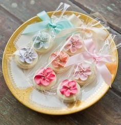 I'd to attempt these (store-bought) hand-piped floral sugar cookies for Carolyn's Bridal Shower~ or just for funッ. These would add the feeling of an English garden in bloom to any special event. Mini Cookies, Fancy Cookies, Flower Cookies, Iced Cookies, Cute Cookies, Royal Icing Cookies, Cupcake Cookies, Summer Cookies, Cookie Bouquet