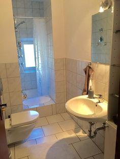 Schöne Badezimmer Badezimmer mit warmem Licht und großer Dusche mit Vorhang. #Badezimmer #Fliesen