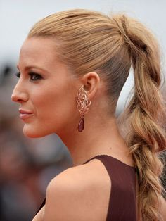 XXL braid Blake Lively. The pretty blonde beauty to shine at 67th Cannes Film Festival with her gorgeous dresses, but also thanks to her magnificent hairstyles. The braid was part of her hits, of course, so loose to contrast with the top of her hair, which is ultra-plated.Blake Lively at the 67th Cannes Film Festival © Nicolas Briquet