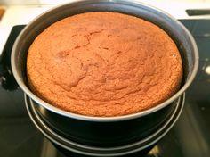 Luftig och fin tårtbotten som passar till alla möjliga tårtor som prinsesstårta och gräddtårta. Receptet ger höga och jämna bottnar och är lätt att lyckas med.