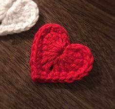Jag har virkat hjärtat i Nova från Järbogarn med nål 3. Hjärtat är virkat i två varv, men allra först, en magisk ring. 1: 3lm, 3 dst, 3st, 1lm, 1dst, 1lm, 3st,