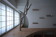 Nano Architects a rénové un petit appartement des années 60 avec des meubles sur mesure en bois, des ornements en bois flotté et des ouvertures de formes inhabituelles. Le projet a impliqué la rénovation intérieure de l'appartement, situé dans un bâtiment en briques rouges. Nano Architects a transplanté un intérieur moderne dans l'immeuble délabré, ajoutant des surfaces avec des bords courbés, des étagères en bois réglables et une peinture blanche propre.