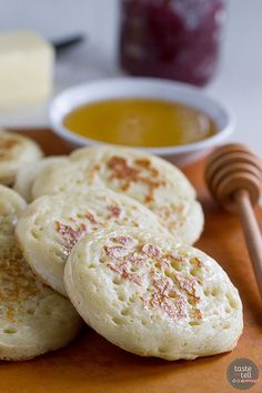 Bring a little bit of England into the kitchen with this Crumpet Recipe. These Crumpets only take a few simple ingredients for a delicious snack. English Snacks, English Food, Crumpet Recipe, Yummy Snacks, Yummy Food, Pain, Breakfast Recipes, Brunch Recipes, Yummy Recipes