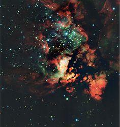 Situado a 9.000 años luz de distancia, NGC 3576 es una región gigantesca de gas brillante alrededor de 100 años luz de diámetro, donde las estrellas están formando actualmente. La intensa radiación y los vientos de las estrellas masivas están destrozando las nubes de las que forman, creando un paisaje espectacular. - Crédito: ESO