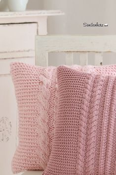 Knitting Patterns Sweaters Pillow – Cushion cover in lavish cable pattern – a unique product by bleuetrose on DaWanda Knitted Cushion Covers, Knitted Cushions, Knitted Blankets, Pink Cushions, Sweater Pillow, Crochet Pillow, Pink Sweater, Crochet Home, Knit Crochet