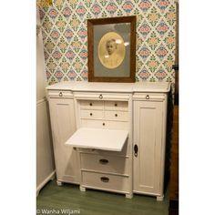 Vaalea talonpoikaissenkki 1800-luvun lopusta. Senkissä on pieni laskulevyn, jonka takana vetolaatikoita.