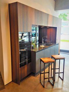 Sie wollen für Ihre liebevoll und hochwertig eingerichtete Küche/Bar ein Wohnaccessoires auf Augenhöhe? Hiermit bietet die Tänzler Möbel Manufaktur ein qualitativ anspruchsvolles, von Hand gefertigtes Produkt für den Innenbereich. Die Sitzplatte des Barhocker besteht aus historischem
