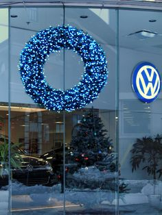Couronne Extérieure au concessionnaire Volkswagen, Montréal. Concept et réalisation par Alphaplantes. http://www.alphaplantes.com/ #Alphaplantes #Noël #Christmas #Xmas #Couronne #Décoration #Design #Christmasholidays #Hiver #Winter #Fêtes