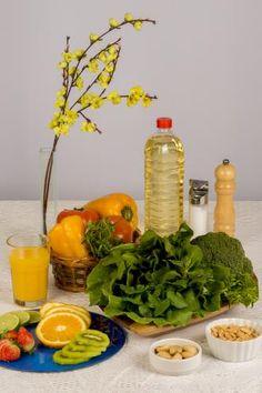 """A vitamina E e a C agem em conjunto como antioxidantes – que combatem os radicais livres. """"Quando o adolescente está em uma situação de estresse contínua, pode haver um aumento muito grande desses radicais no organismo"""", explica.  Consumir – Vitamina E: oleaginosas (como amendoim e avelã) e nos óleos vegetais (como de girassol, canola e gergelim). Vitamina C: frutas cítricas (kiwi, laranja, morango e acerola), brócolis, agrião, couve, rúcula, tomate e pimentão amarelo."""