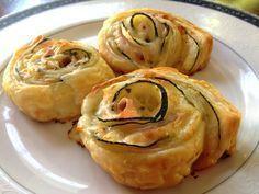 Rosas de masa de hojaldre con calabacines, queso y jamón