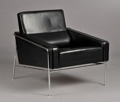 Arne Jacobsen 1902-1971. A chair, airport chair, model 3300 with chromed metal frame, upholstered in black leather. Produced by Fritz Hansen