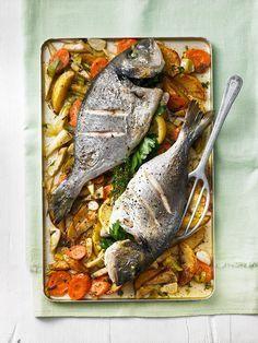 Ganzer Fisch auf Ofengemüse