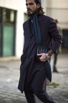 The strongest street style at Paris Fashion Week Best Winter Wear For Men, Hipsters, Men Street, Street Wear, How To Wear Scarves, Wearing Scarves, Cool Street Fashion, Gentleman Style, Men Looks