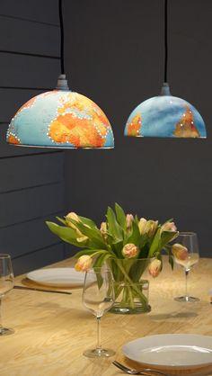 Hanna Peters delar en jordglob mitt itu och konstruerar annorlunda och festliga lampskärmar av den i Äntligen Hemma.