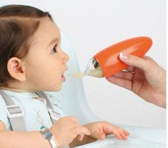 Cuchara dispensandora de papilla. Las cucharas Squirt están diseñadas espcialmente para dar de comer a los bebés... http://www.mibabyclub.com/tienda/alimentacion-del-bebe/vajillas-infantiles/cuchara-squirt.html