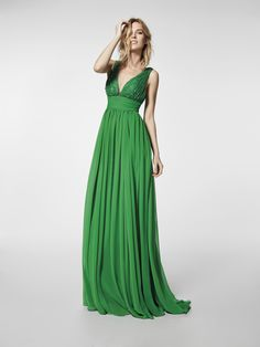 Are you looking for a cocktail dress? This long green dress is a cocktail dress (GROE model) with a V-neckline and with a square back. Flared dress with straps (gauze and gemstones)