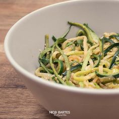 """Schnelles und veganes Spaghetti Rezept aus Zucchini für all diejenigen die auf """"Kalorienbomben"""" verzichten und Wert auf ihre Gesundheit legen. Das Rezept ist der ideale Wegbegleiter einer gesunden """"Diät"""" und liefert genug Energie für den Alltag. Ob Low-Carb Enthusiast, Veganer oder Genießer, die heutigen Low-Carb Spaghetti sind genau das Richtige für gesundheitsbewusste Menschen."""