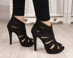 blk strappy sandals