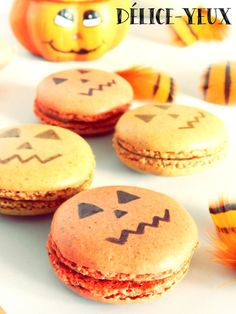 """Dans la série """" Halloween """", je vous remonte ce soir une recette de macarons rigolos. Ici, les coques des macarons sont à la poudre de noisette. J'avais déjà vu plusieurs blogueuses (dont Lydie) tester cette variante et j'ai moi aussi tenté le coup. Comme..."""