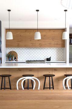 cozinha-moderna-preta-e-branca-com-azulejo-escama-de-peixe