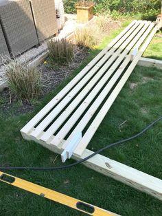 Modern Wood Slatted Outdoor Privacy Screen: Details On How To Build - DIY Garten Landschaftsbau Backyard Patio Designs, Backyard Fences, Backyard Projects, Backyard Landscaping, Patio Fence, Landscaping Ideas, Patio Decks, Concrete Backyard, Inexpensive Landscaping