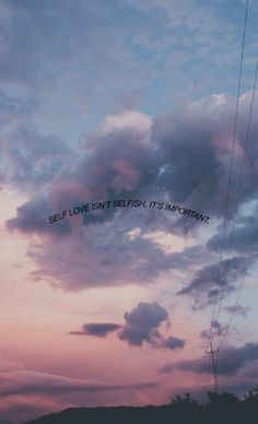 Hintegrundbild mit Wolken und inspirierendem Spruch über Selbstliebe, aesthetic backgrounds, Iphone Wallpaper Quotes Love, Message Wallpaper, Happy Wallpaper, Quote Backgrounds, Cute Wallpaper Backgrounds, Cute Wallpapers, Soft Wallpaper, Aesthetic Pastel Wallpaper, Aesthetic Backgrounds