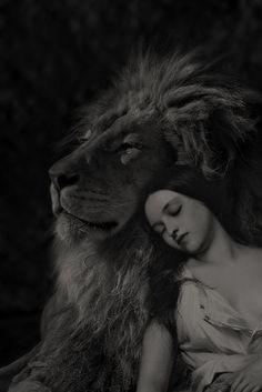 z- San Diego Zoo Lion w Woman (Photoshopped), I Film Noir Fotografie, Lion Love, Lion Of Judah, Lion Art, Narnia, Big Cats, Beauty And The Beast, Animal Photography, Fantasy Art