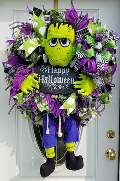 52 Creative DIY Halloween Wreaths Design Ideas - About-Ruth Halloween Wall Decor, Halloween Porch Decorations, Halloween Door, Halloween Signs, Holidays Halloween, Halloween Crafts, Halloween Wreaths, Happy Halloween, Halloween Ideas
