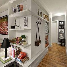 Um corredor bem aproveitado que guarda memórias, coleções e até a bolsa de todo dia! Projeto Carolina Rocca #interiores #estante #corredor #halldeentrada #decoracao #arquitetura