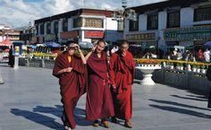 Die Barkhor Straße ist eine Ringstraße mitten in der Altstadt von Lhasa, die den berühmten Jokhang Tempel umkreist und zahlreiche Souvernirgeschäfte hat.