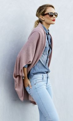 Cape und Poncho kombinieren: So gelingt es Ihnen im Trend auszusehen - Mode Double Denim, Looks Street Style, Looks Style, Look Fashion, Womens Fashion, Fashion Trends, Luxury Fashion, Fashion 2018, Street Fashion