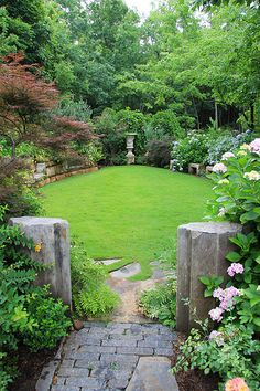 Jim Scott Garden, Lake Martin, Alabama My favorite in small gardens or large, a circle or oval room. Small Backyard Gardens, Garden Spaces, Back Gardens, Small Gardens, Backyard Landscaping, Outdoor Gardens, Backyard Designs, Large Backyard, Backyard Ideas