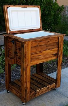We re transform the retired wood pallets and craft them in to beautiful handmade wood pallet cooler design which is very useful for your daily life and provide